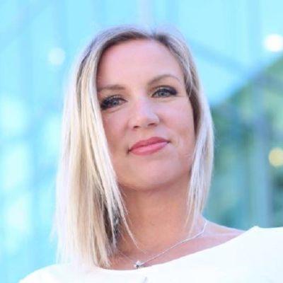 Porträttfoto taget underifrån på en kvinna med blont hår.