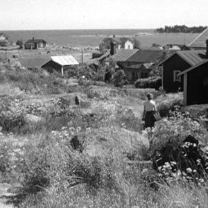 Nainen kävelee Haapasaarella vuonna 1964.