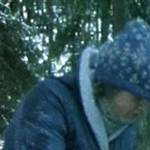 Luontokerholaiset etsivät elämää talvisesta metsästä