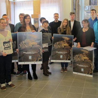 Ihmisiä Geopark-oppilaitosten julkistamistilaisuudessa.