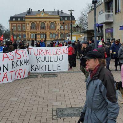 Rajatonta rakkautta -kollektiivin mielenilmaus Joensuun Kauppatorilla.
