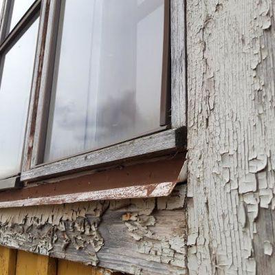 maali irtoilee ikkunapuista