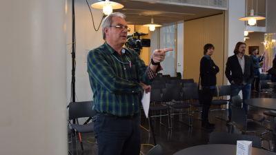 Gröndahl regisserar studerande inför valdebatten