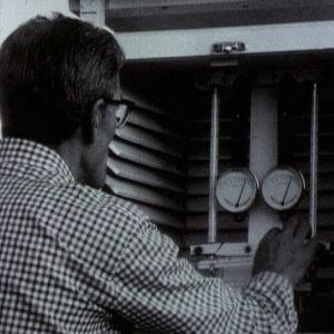 Mies tarkastelee sääasemaa Utössä 1973