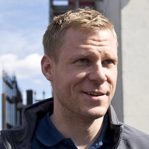 Mikko Koivu står i solen.