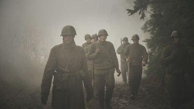 Ett gäng soldater promenerar genom en dimmig skog.