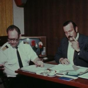Kapteeni Stig Lagerbohn ja israelilainen poliisi keskustelevat