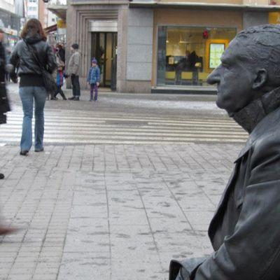 Ihmispatsas Turun keskustassa helmikuussa.