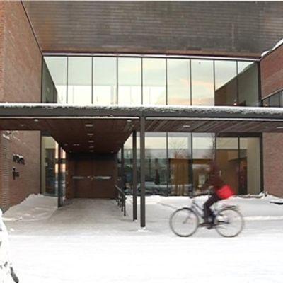 Joensuun yliopiston Aurora 2 -rakennuksen sisäänkäynti.