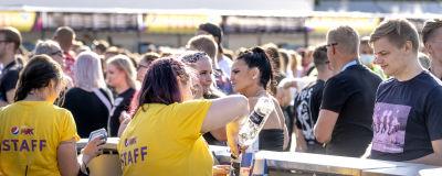 Människor vid en bardisk på en festival.