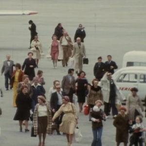 Ihmiset saapuu lentokoneesta.