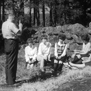 Pastori ja rippikoululaisia Haapasaaressa vuonna 1964.
