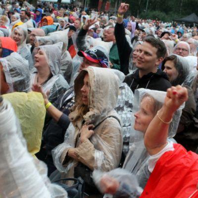 Ihmiset laualavat sadetakeissaan