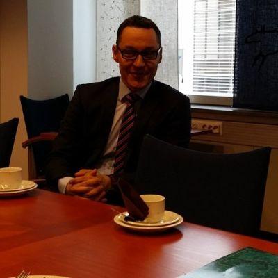 OP Keski-Suomen toimitusjohtaja Pasi Sorri istuu pöydän ääressä.