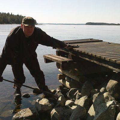 Mökkitalkkari Heikki Hietalahti oikaisee laituria