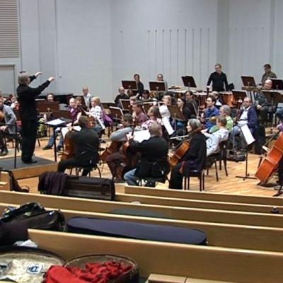 Joensuun kaupunginorkesteri harjoittelee.
