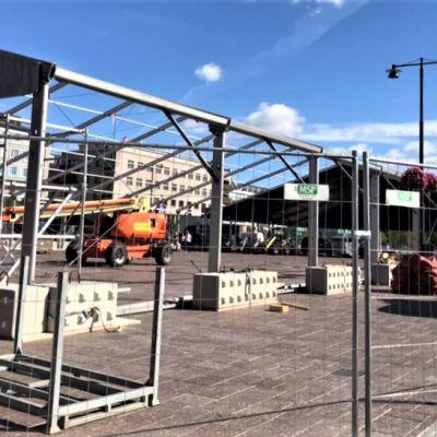 Ensimmäisen torifestin rakennelmia pystytetään Joensuun kauppatorille elokuussa 2019.