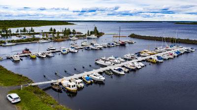 Ilmakuva Leton venesataman veneistä.