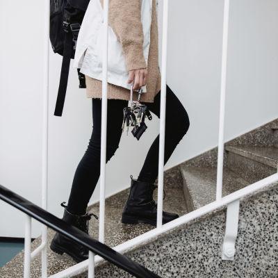 Lähihoitaja kävelee rappukäytävässä.