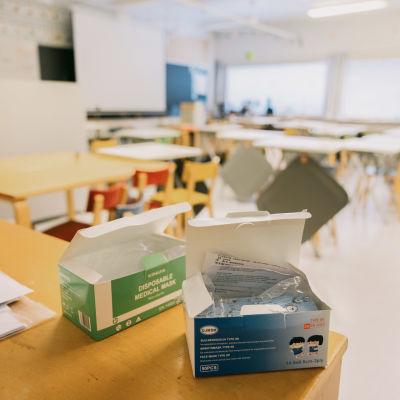 Kasvomaskit ala-koulun luokkahuoneessa.