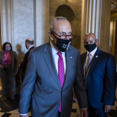 Senaatin enemmistöjohtaja, demokraatti Chuck Shumer tulossa ratkaisevasta äänestyksestä  tiistaina.