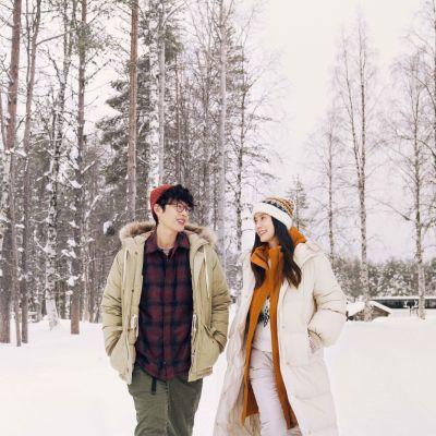 kaksi kiinalaista näyttelijää lumisessa maisemassa elokuvan markkinointikuvassa..