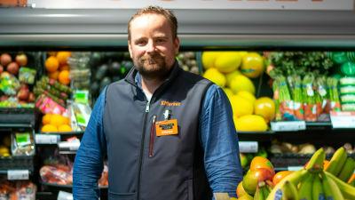 Köpman Jesse Lintumäki vid fruktdisken i sin mataffär.