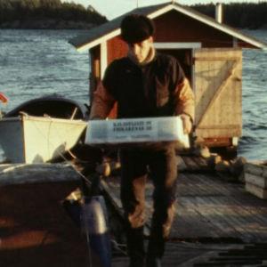 Kalastaja kantaa saalista