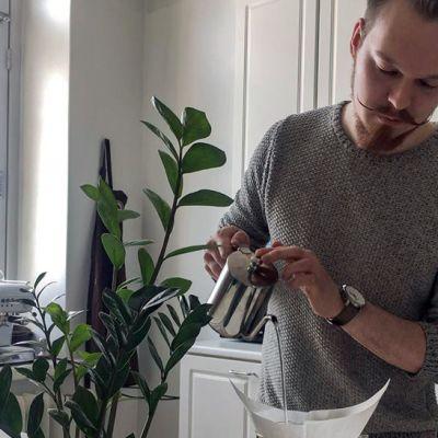 Linus Tuomenvirta uuttaa kotonaan kahvia