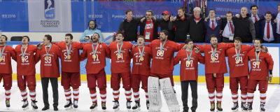 De ryska ishockeyspelarna sjön sin nationalsång, vilket inte var tillåtet.