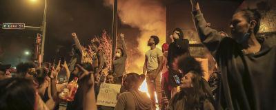 På torsdag kväll tände demonstranter eld på delar på en polisstation i Minneapolis. Poliserna som gjorde ingripandet mot George Floyd kom från just den här stationen.