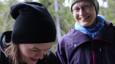 Silja och Johanna poserar i Sodankylä.
