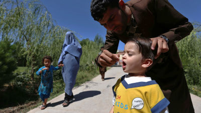Afghanskt barn får poliovaccin