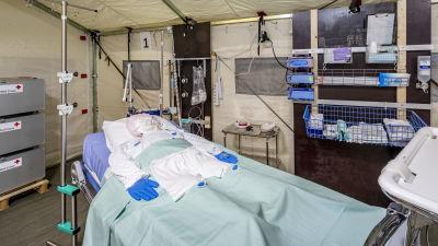 En sjukhussäng i ett tält.