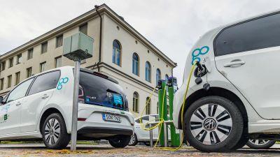Sähköautojen latauspaikka Jyväskylän kaupungintalon parkkipaikalla.