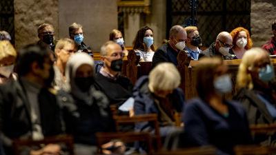Människor sitter i domkyrkan.