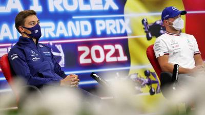 Valtteri Bottas och George Russell sitter på en presskonferens.