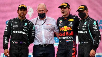 Lewis Hamilton, Helmut Marko, Max Verstappen och Valtteri Bottas på pallen.