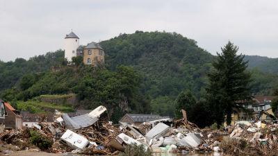 Nedanom en kulle med ett hus på syns en stad i ruiner.