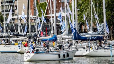Segelbåtar i Aura å vid Åbo gästhamn.