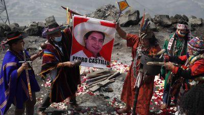 Shamaner som utför en ritual i stöd för den peruanske presidentkandidaten Pedro Castello.