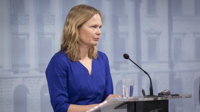 Hanna Kosonen på presskonferens.