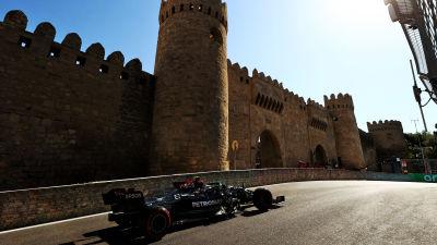 Valtteri Bottas gasar fram med ett torn i bakgrunden i Baku.