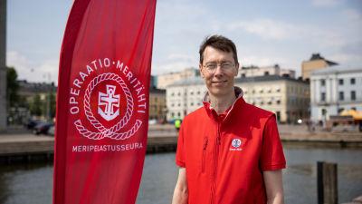 Suomen Meripelastusseuran toimitusjohtaja Jori Nordström kolera-altaalla