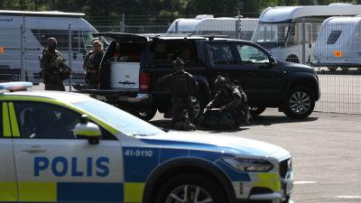 Polisbilar och poliser utanför Hällbyanstalten i Eskilstuna där två kriminalvårdare togs som gisslan av beväpnade fångar.