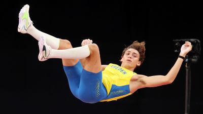 Armand Duplantis flyger i luften.