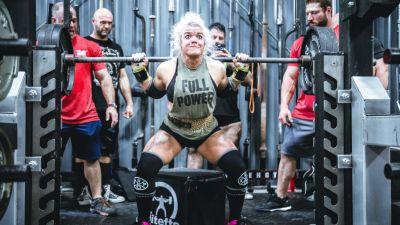 Nainen nostaa painoja.