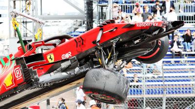 Charles Leclercs Ferrari lyfts upp.