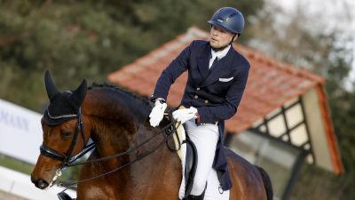 Henri Ruoste rider på en häst.
