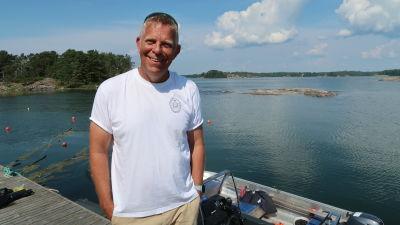 Porträtt av Alf Norkko på bryggan vid ön Furuskär.